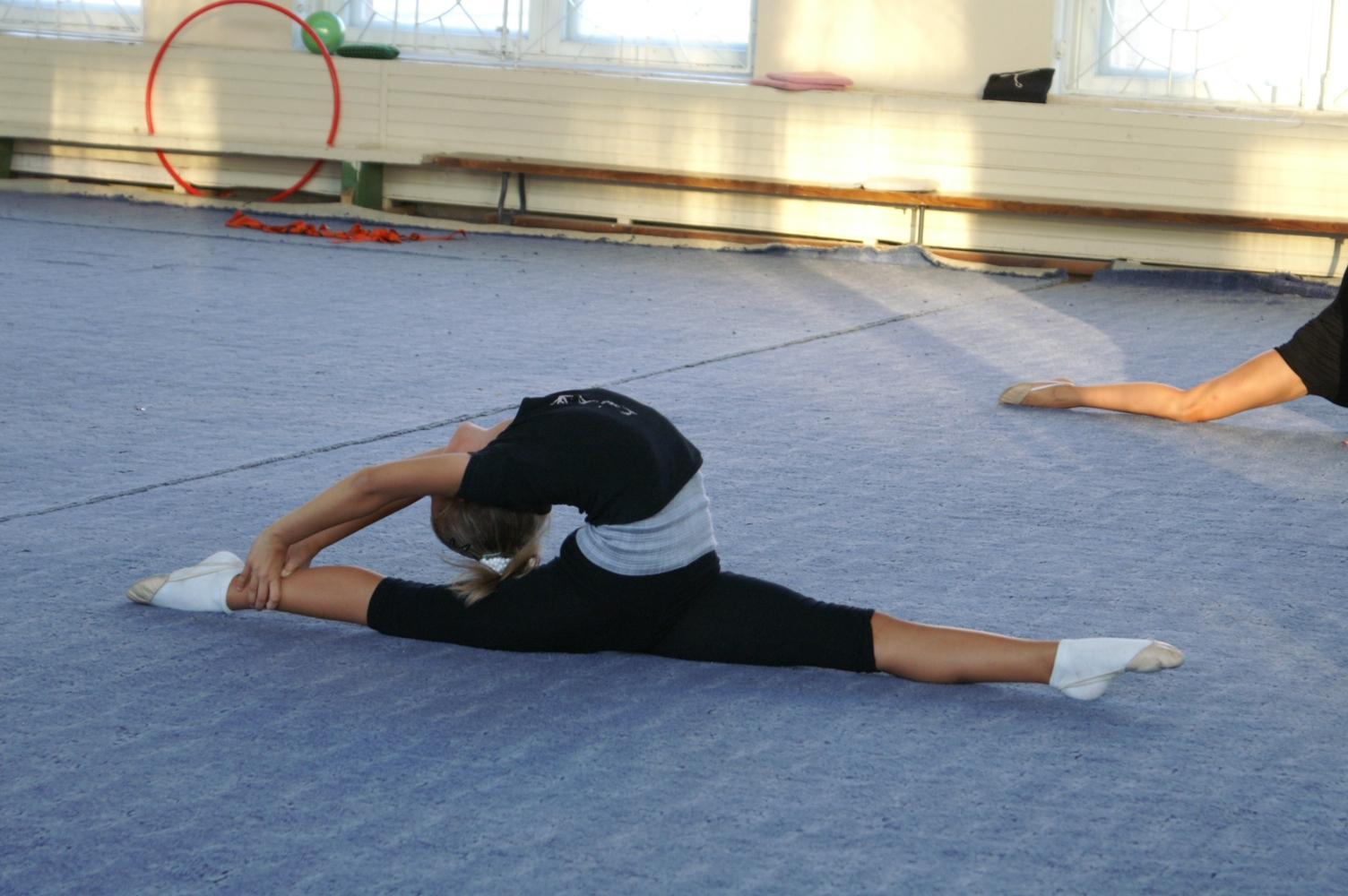 Тренировка гимнастки правы