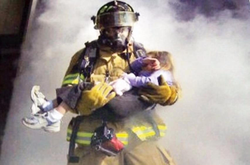 фото пожарный спас человека систематически изменяется, ответственность